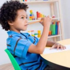 Child in school distracted_0